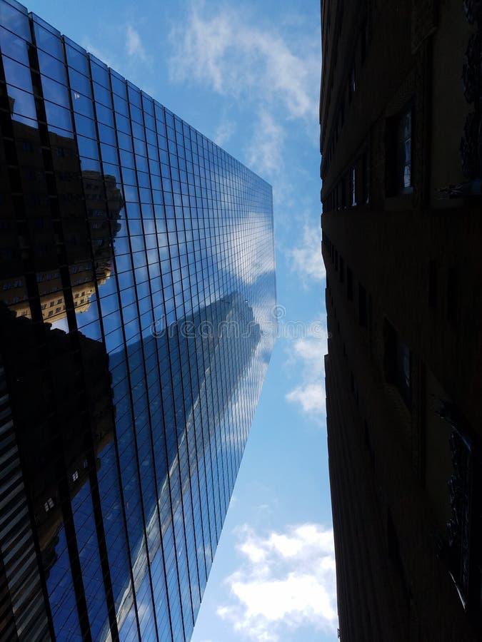 Arranha-céus e céu de baixo de fotos de stock royalty free