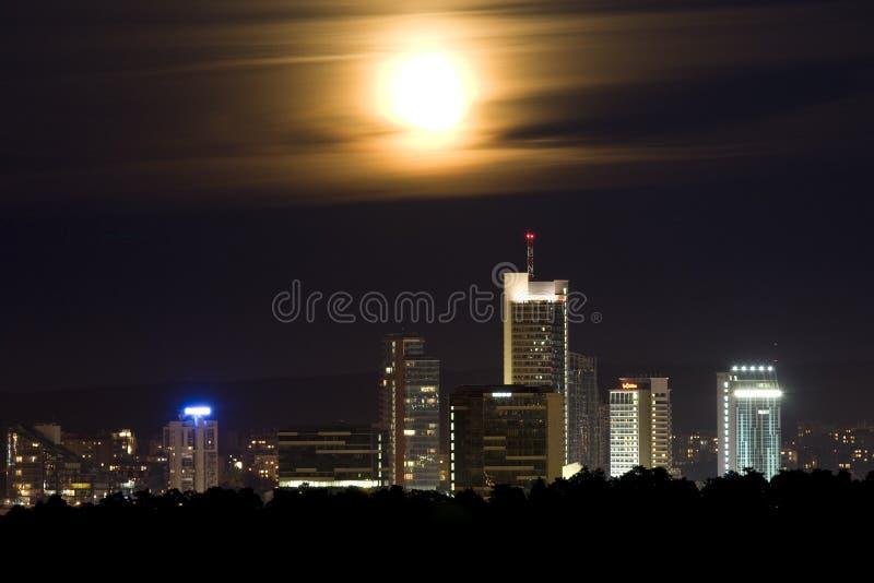Arranha-céus e lua foto de stock