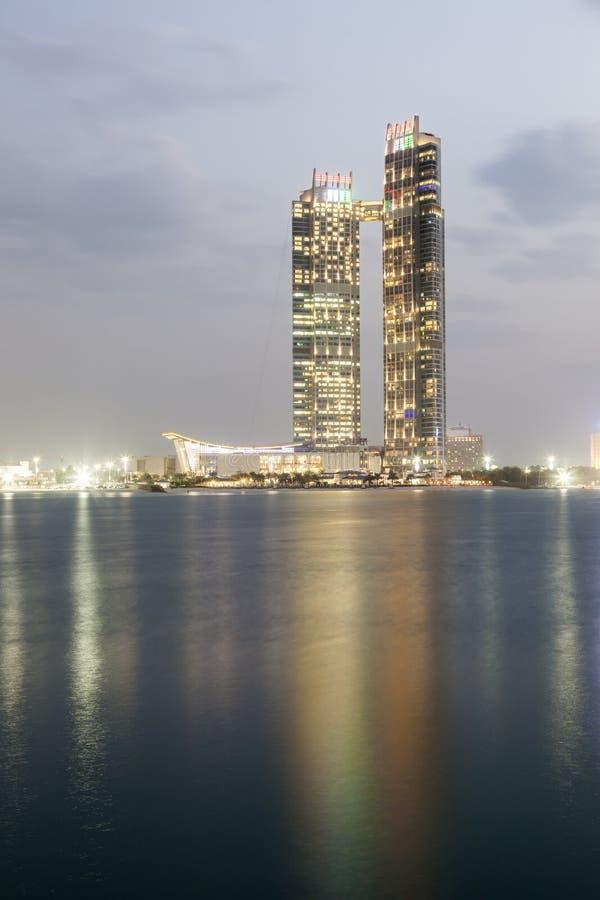 Arranha-céus em Abu Dhabi, UAE imagem de stock