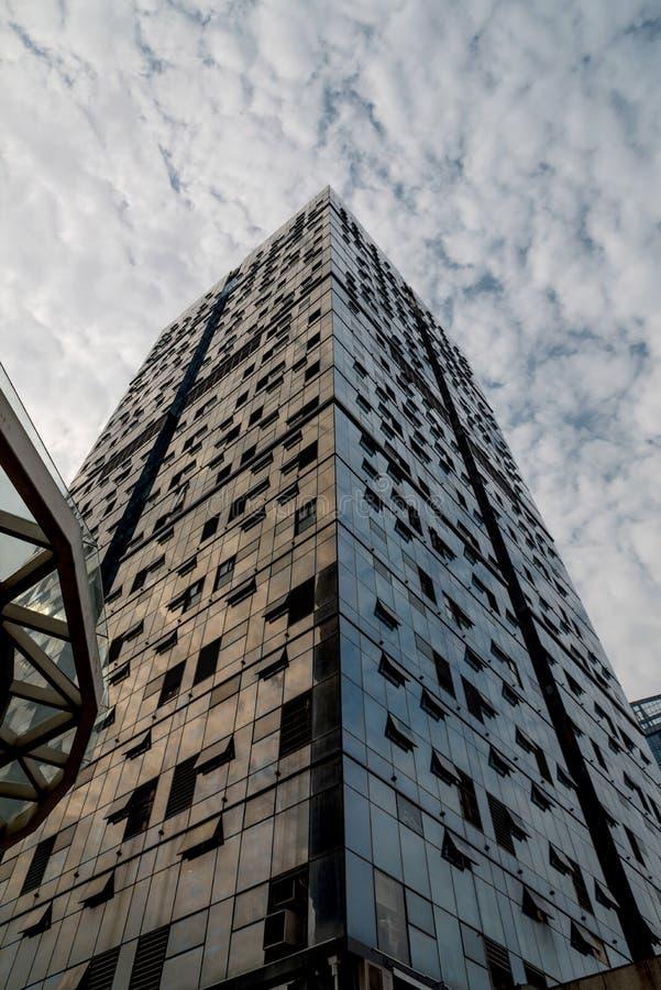 Arranha-céus enormes com céu azul imagens de stock royalty free