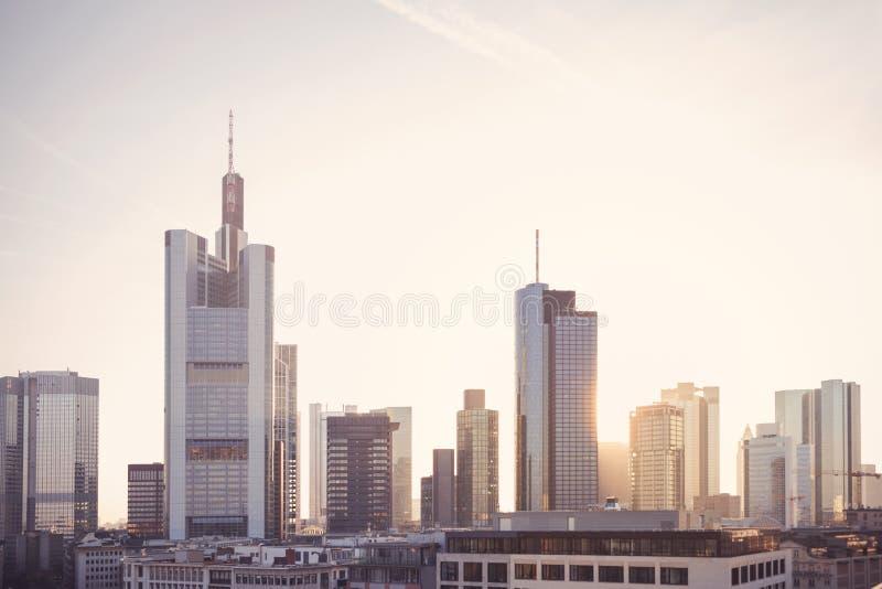 Arranha-céus financeiros do distrito de Francoforte no nascer do sol fotografia de stock