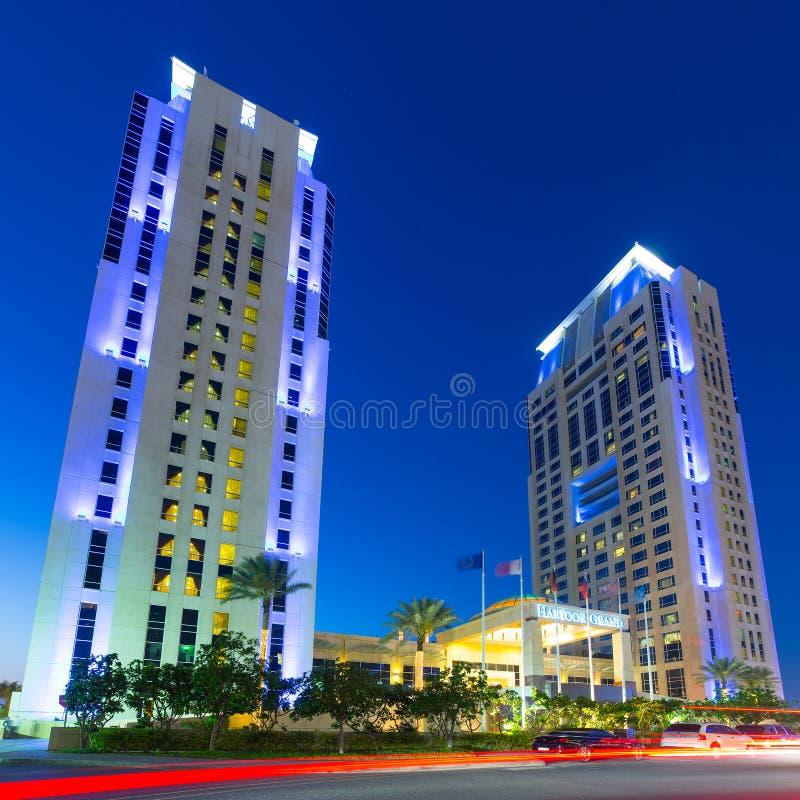Arranha-céus iluminados do porto de Dubai na noite imagem de stock royalty free