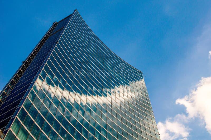Arranha-céus moderno com reflexões das nuvens em janelas foto de stock royalty free