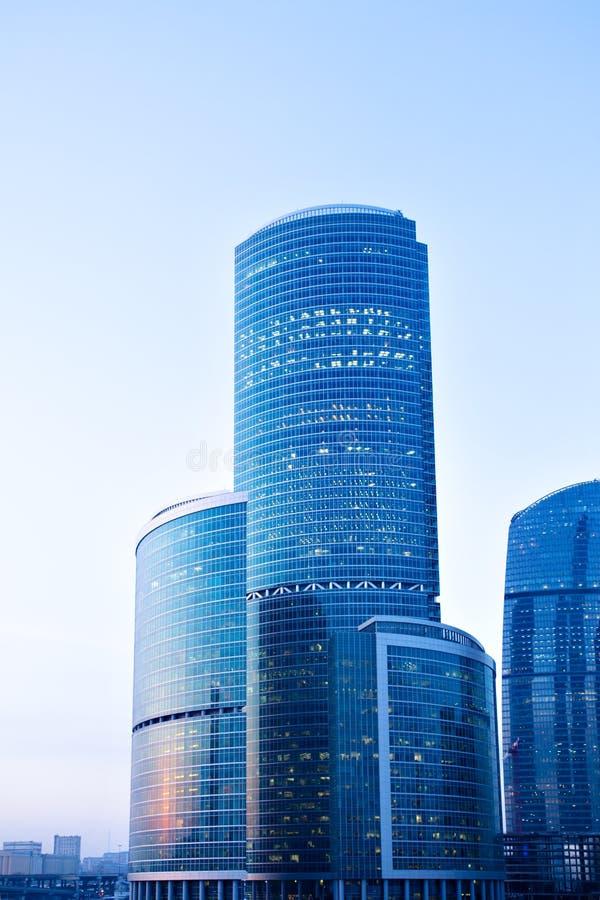 Arranha-céus modernos azuis no centro de negócio imagens de stock royalty free