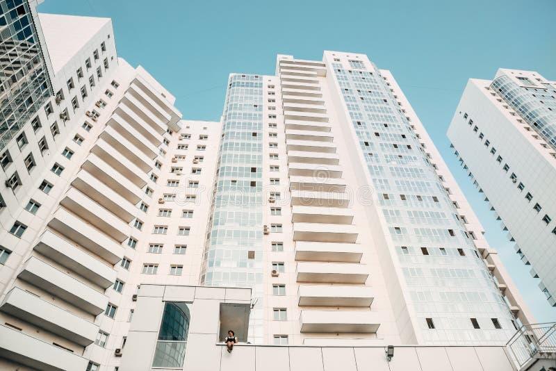 Arranha-céus modernos novos brancos Complexo residencial luxuoso novo Textura, fundo imagens de stock