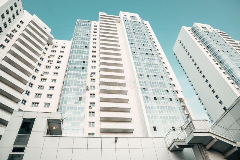 Arranha-céus modernos novos brancos Complexo residencial luxuoso novo Textura, fundo fotografia de stock