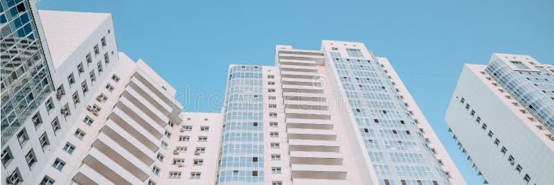 Arranha-céus modernos novos brancos Complexo residencial luxuoso novo Textura, fundo bandeira imagem de stock