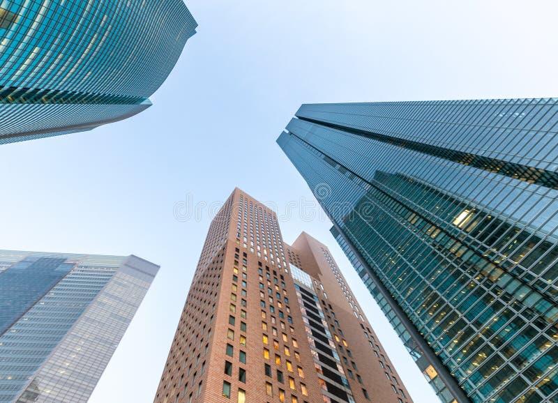 Arranha-céus na noite Em direção ao céu vista da rua Negócio e núcleo imagem de stock royalty free