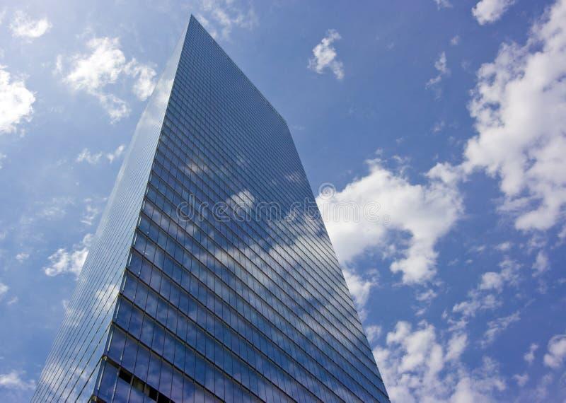 Arranha-céus nas nuvens fotografia de stock royalty free
