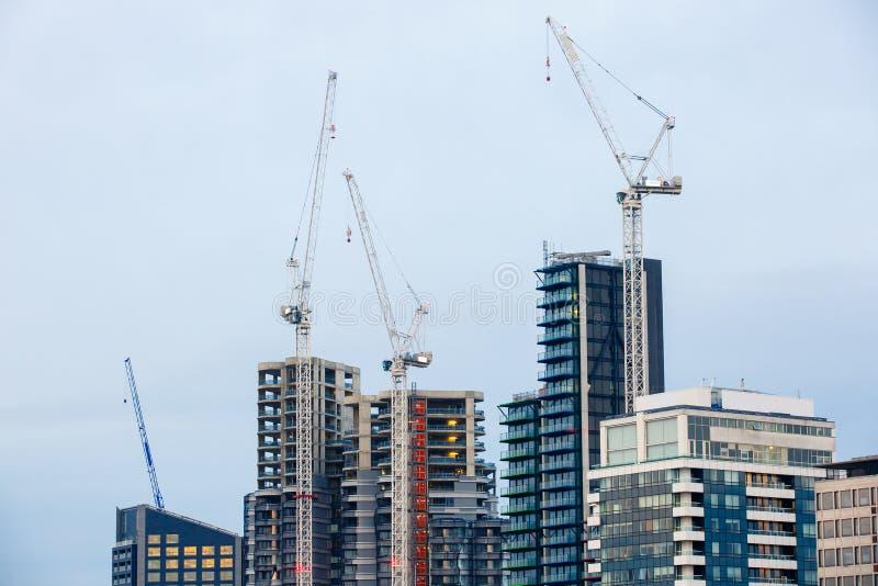 Arranha-céus novos sob a construção foto de stock royalty free
