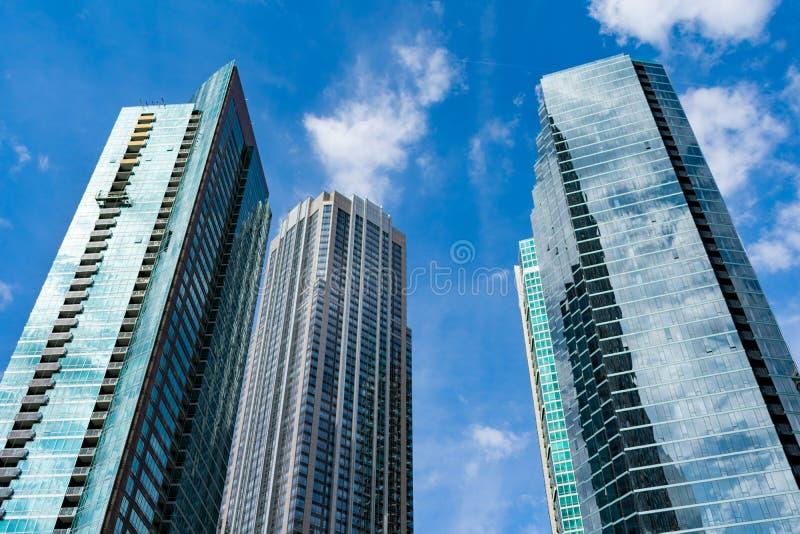 Arranha-céus residenciais de vidro na vizinhança de Streeterville de Chicago foto de stock