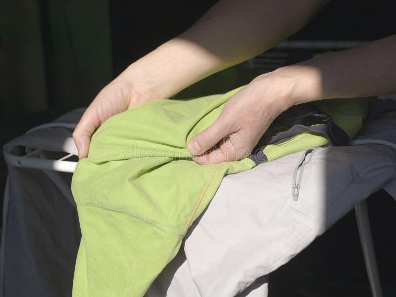 Arranjando a roupa lavada foto de stock