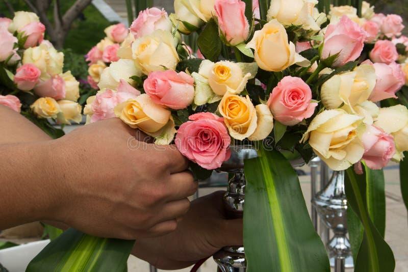 Arranjando um ramalhete das rosas fotografia de stock royalty free