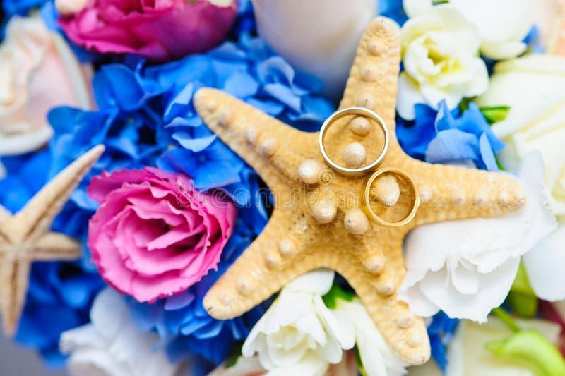Arranjo colorido para as alianças de casamento foto de stock
