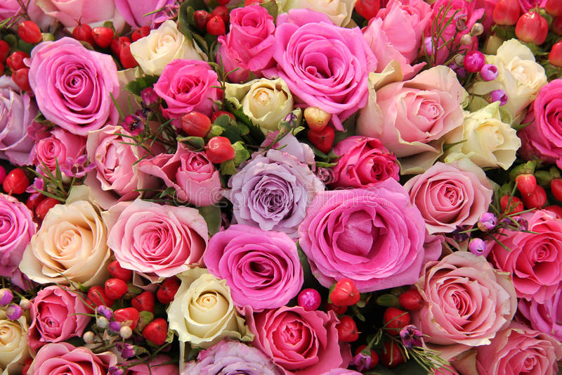 Arranjo cor-de-rosa nupcial em várias máscaras do rosa fotografia de stock royalty free