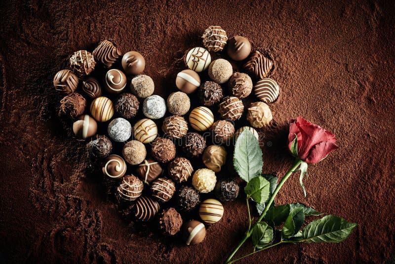 Arranjo dado forma cora??o de chocolates luxuosos fotos de stock