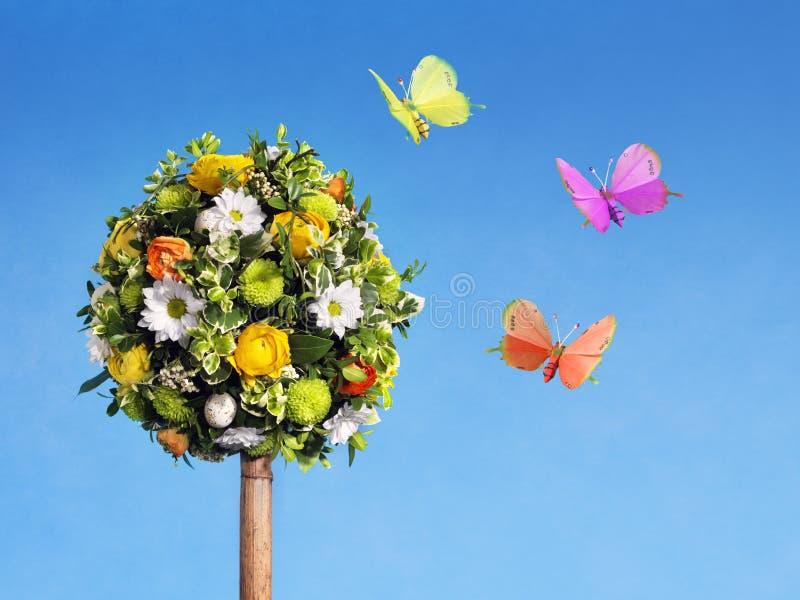 Arranjo de flor com borboletas foto de stock