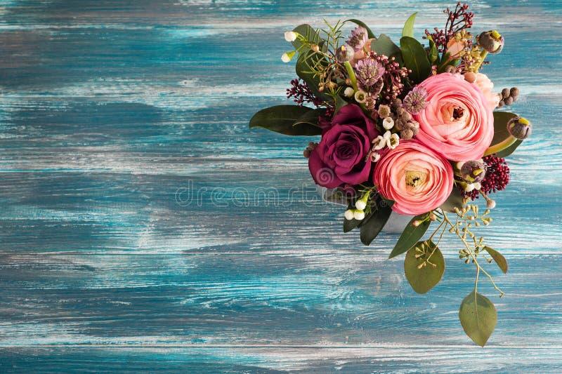 Arranjo de flor das rosas e do ranúnculo fotos de stock