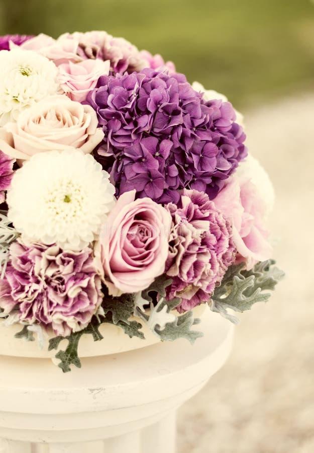 Arranjo de flor das rosas e dos cravos-da-índia imagem de stock