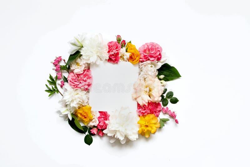 Arranjo de flor do Alstroemeria, eustoma, rosas, coração de sangramento em um fundo branco fotografia de stock royalty free