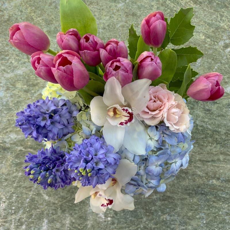 Arranjo de flor do dia de mãe que caracteriza tulipas, orquídeas, hydrangia e rosas fotografia de stock royalty free