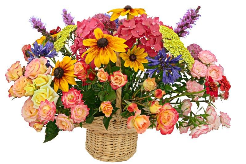 Arranjo de flor em uma cesta imagem de stock