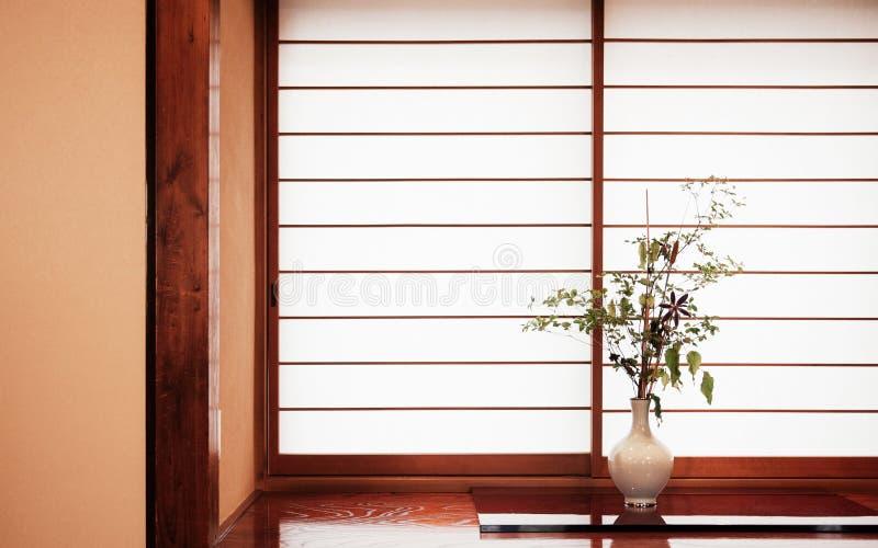 Arranjo de flor japonês do estilo do zen conhecido como o ikebana no branco foto de stock