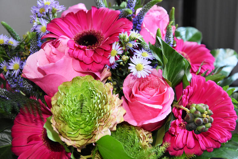 Arranjo de flores cor-de-rosa imagens de stock