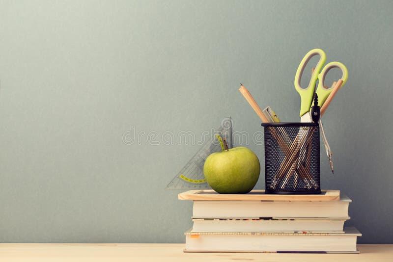 Arranjo de livros de texto e de artigos de papelaria da escola fotos de stock royalty free
