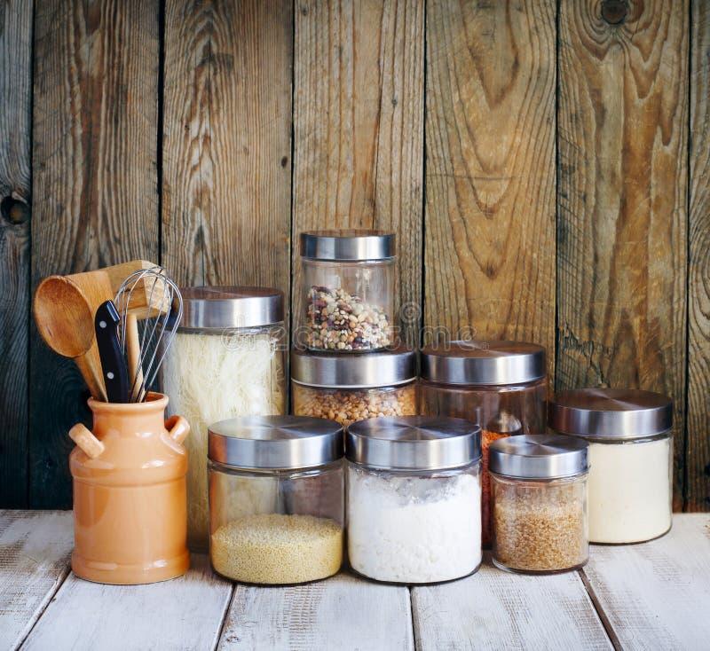 Arranjo de produtos alimentares e de utensílios secos da cozinha na cozinha imagens de stock royalty free