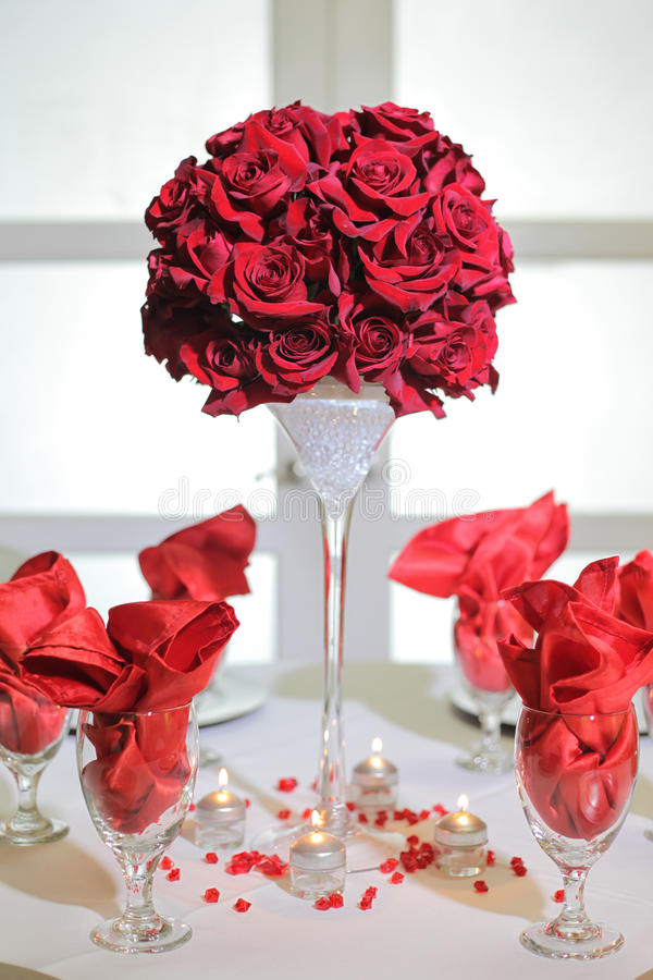 Arranjo e vidros das rosas imagens de stock royalty free