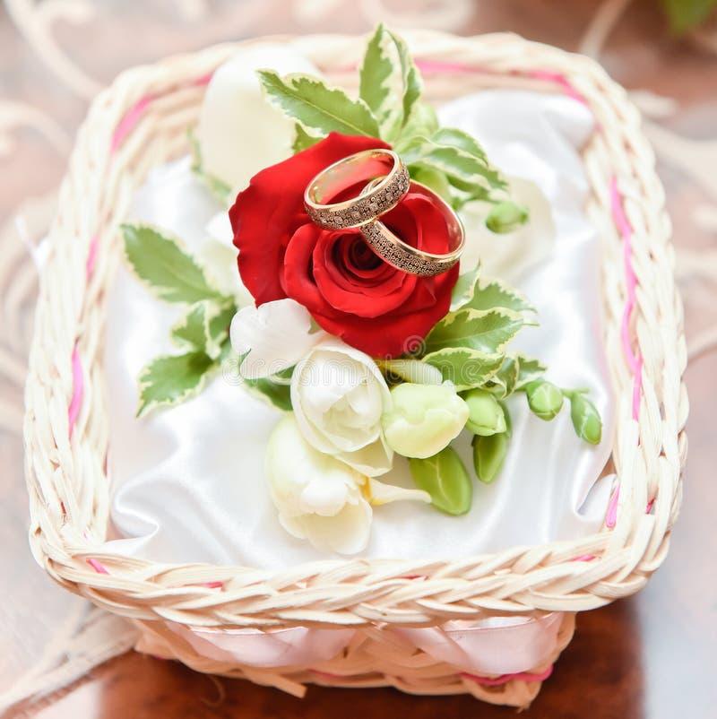 Arranjo espetacular das alianças de casamento com rosas vermelhas imagem de stock