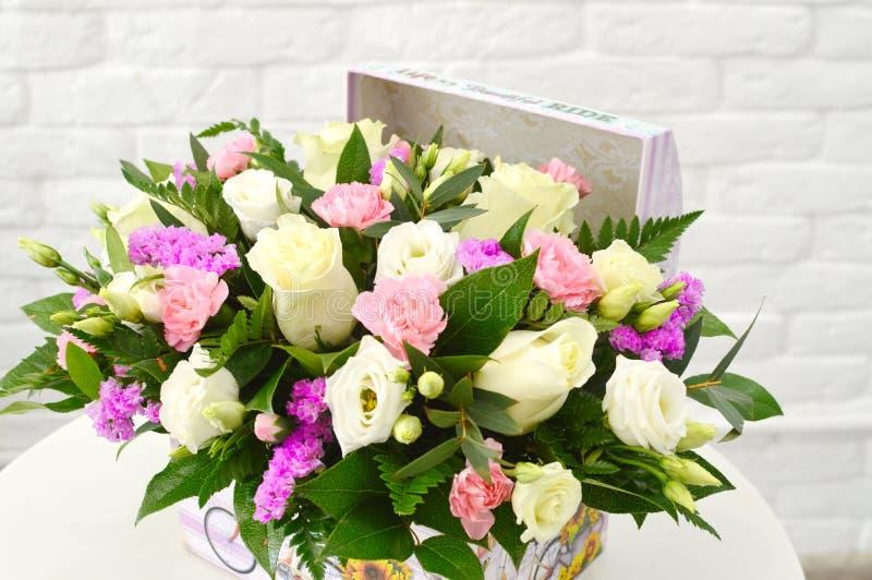 Arranjo floral bonito em uma caixa do chap?u foto de stock royalty free