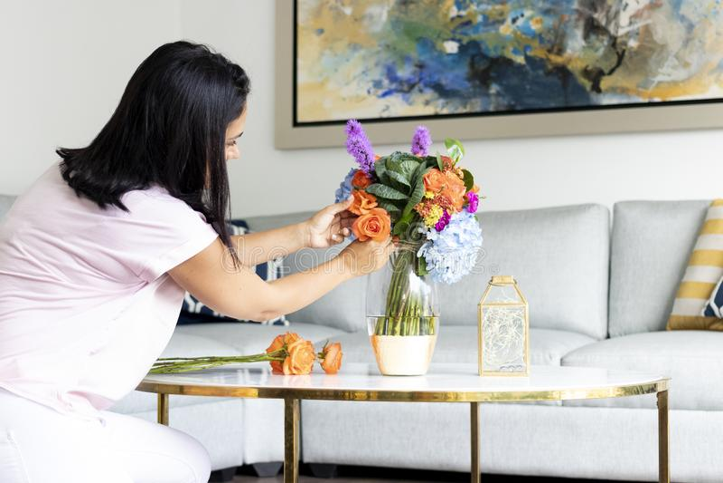 Arranjo floral colorido com hortênsias e rosas imagem de stock royalty free