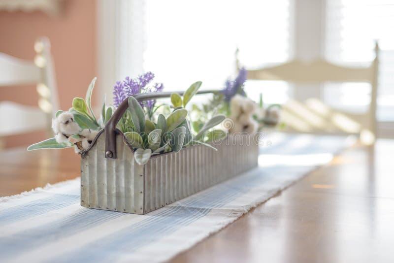 Arranjo floral da mola na tabela da sala de jantar imagens de stock royalty free