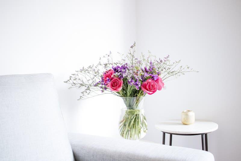 Arranjo floral das rosas e dos limoniums que decoram a sala de visitas fotos de stock