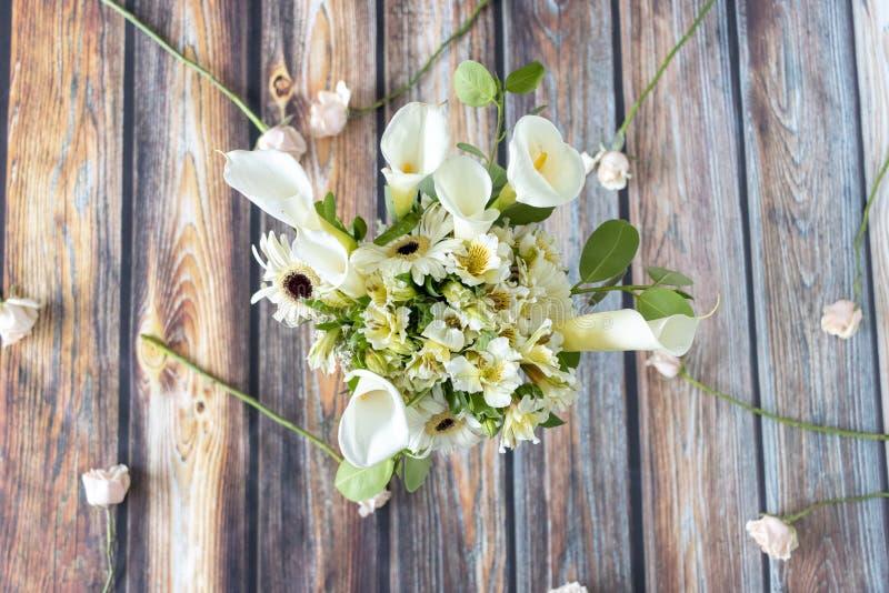 Arranjo floral dos callas lilly e dos gerberas fotos de stock royalty free