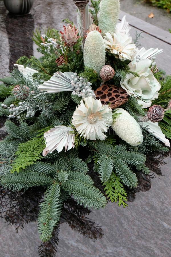 Arranjo floral em uma sepultura em todo o dia de Saint fotos de stock royalty free
