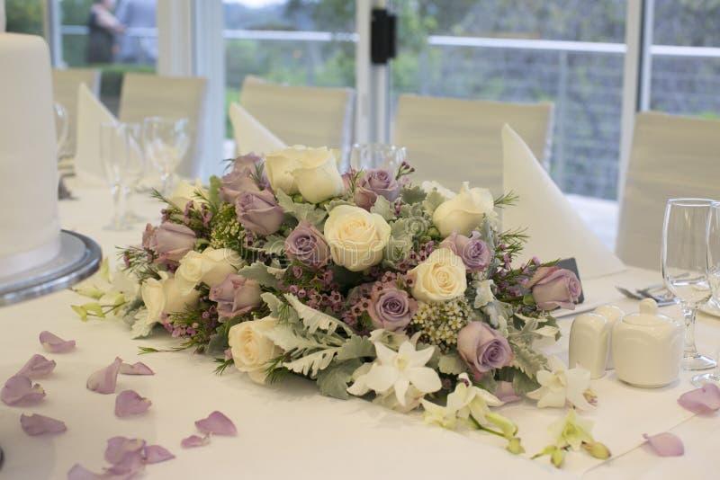 Arranjo floral na tabela nupcial imagens de stock