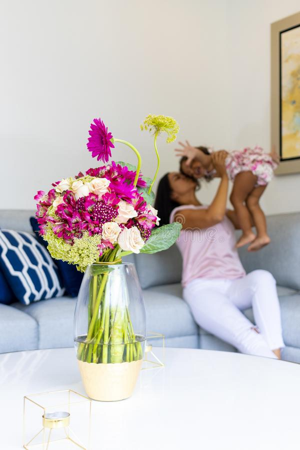 Arranjo floral que decora a sala de visitas da casa imagem de stock royalty free
