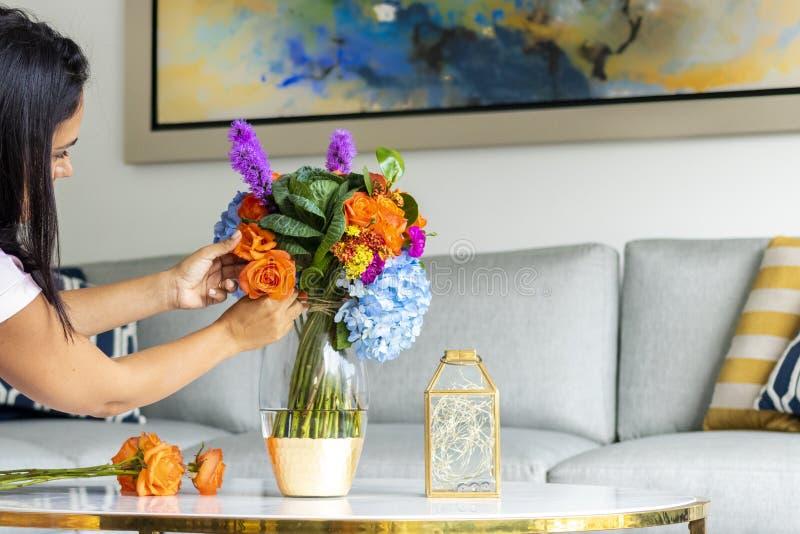 Arranjo floral que decora a sala de visitas da casa fotos de stock