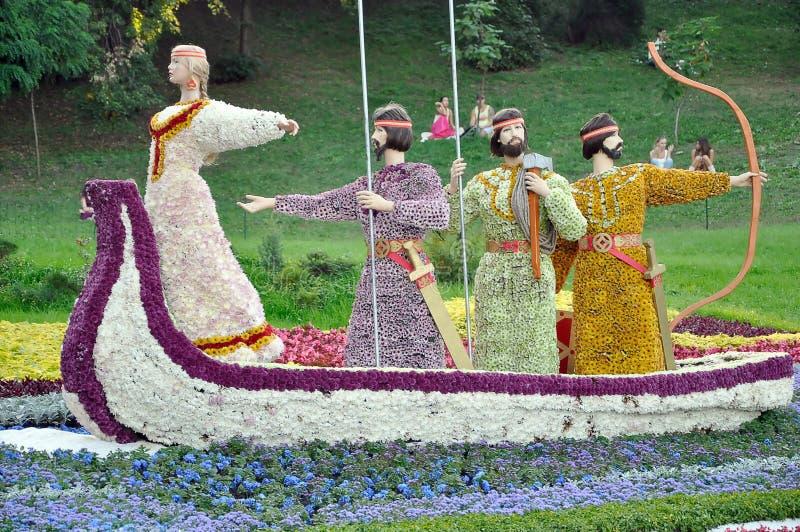 Arranjo floral sob a forma de um barco velho imagens de stock royalty free