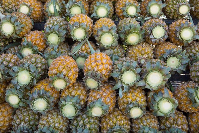 Arranjo fresco dos abacaxis no mercado de rua imagem de stock royalty free