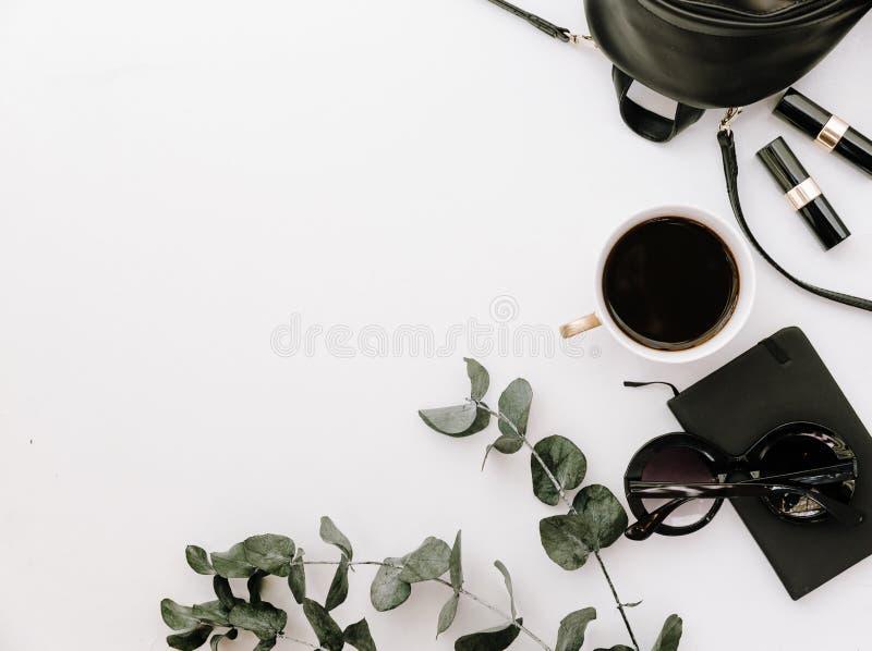 Arranjo na moda dos acessórios de forma no branco, configuração lisa, vista superior fotos de stock royalty free