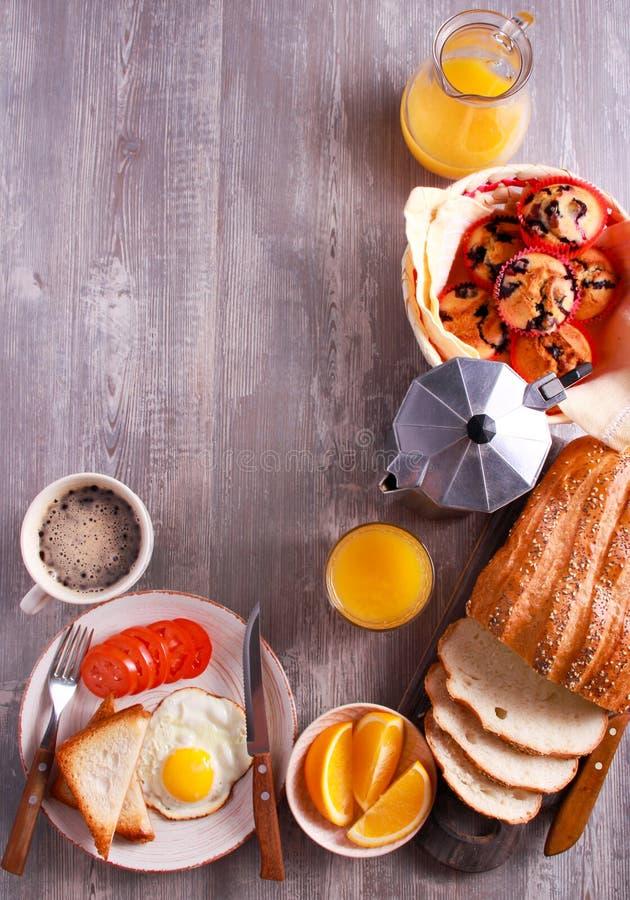 Arranjos do café da manhã com alimento e bebida diferentes em t de madeira fotografia de stock