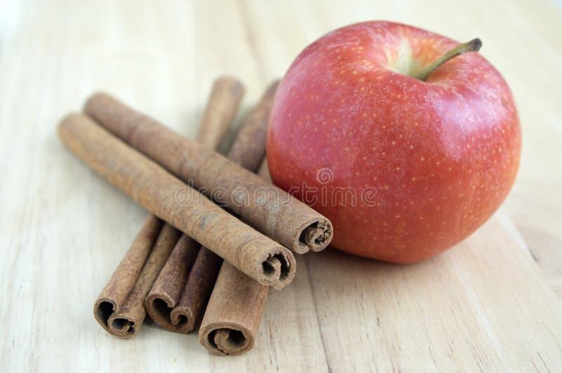 Arranjos do Natal na tabela de madeira, a especiaria e o fruto do Xmas, a canela e a maçã fotos de stock royalty free