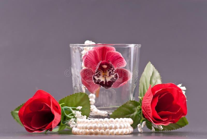 Arranjos românticos com pérolas e flores imagens de stock