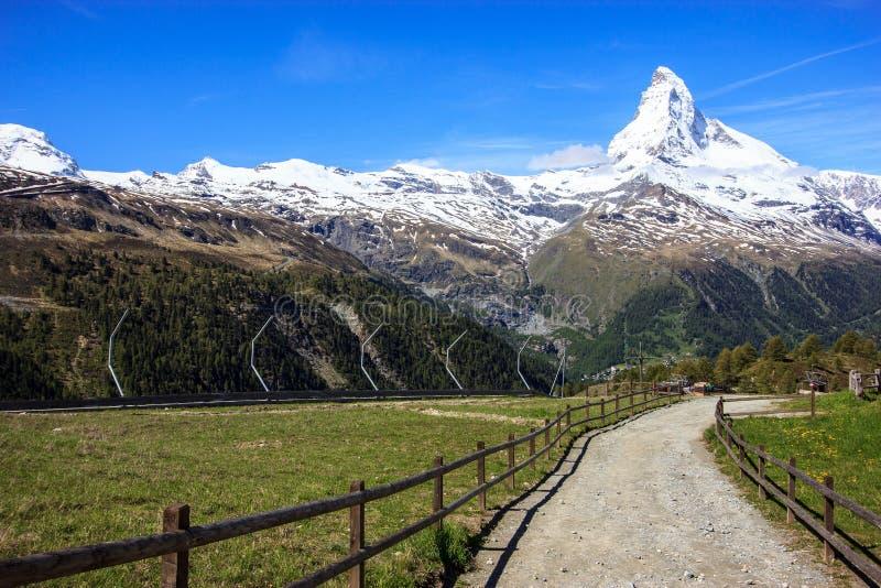 Arraste com ideia do pico de Matterhorn no verão na estação de Sunnega, paraíso de Rothorn, Zermatt, Suíça fotografia de stock