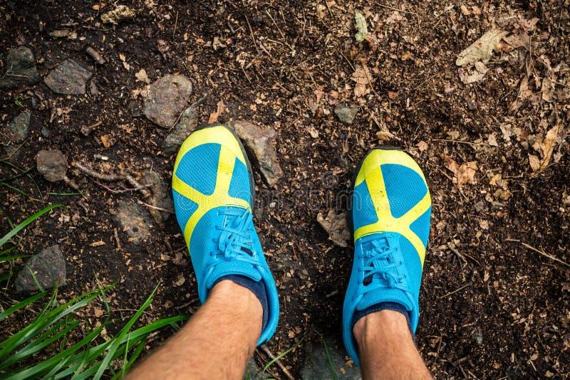Arraste o corredor que olha para baixo na sapata dos esportes, correndo na natureza fotografia de stock royalty free