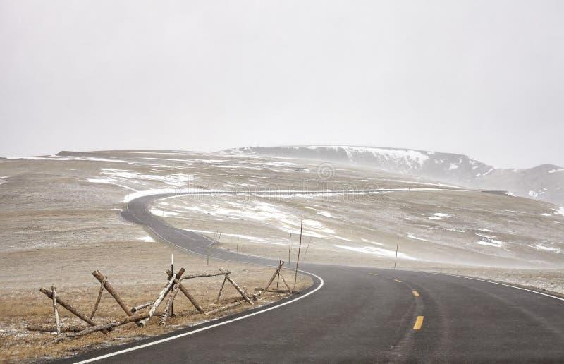 Arraste Ridge Road durante um blizzard em Rocky Mountains National P imagens de stock